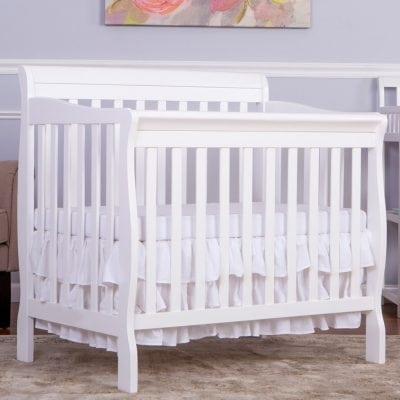 tempat tidur bayi putih