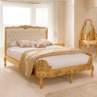 tempat tidur utama antik